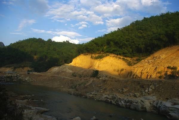 """Con đường từ trung tâm huyện Quan Sơn đến bản Bàng đi qua những khu rừng luồng ken dày. Người dân coi cây luồng là cây """"xóa đói giảm nghèo"""", khi đem lại thu nhập bên cạnh việc trồng lúa nương trên những quả đồi."""