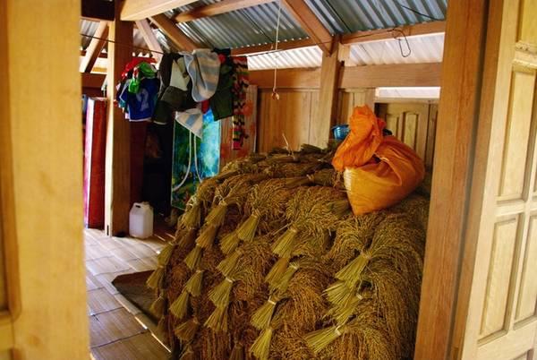 Trong mỗi góc nhà sàn là những kho lưu trữ nhỏ lúa nương, đặc sản của vùng đất này.