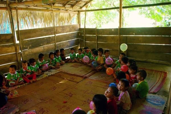 Trong một lớp học được lắp ghép tạm bằng gỗ, tre, nứa của trẻ em bản Bàng. Cuộc sống của đồng bào Thái đen ở đây vẫn còn nhiều khó khăn, tuy vậy thời gian gần đây bản Bàng cùng huyện Quan Sơn đã được quan tâm đầu tư nhiều, và đường sá đi lại đã được cải thiện tốt hơn trước.