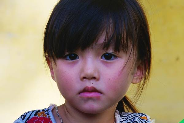 Nét đẹp người Thái đen qua khuôn mặt và ánh mắt của một bé gái bản Bàng.