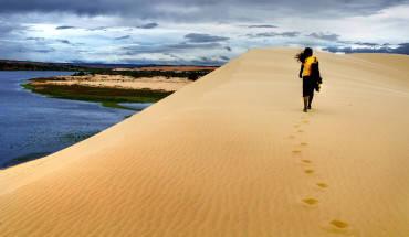 """Do """"Bàu"""" trong tiếng địa phương nghĩa là """"hồ"""" nên từ rất lâu, người địa phương đã gọi tiểu hồ là Bàu Ông và đại hồ là Bàu Bà. Bàu Bà rộng hơn Bàu Ông và chứa lượng nước nhiều hơn. Bàu Bà có diện tích 70ha, nơi rộng nhất là 500m, độ sâu trung bình là 5m, nơi sâu nhất của Bàu Bà là 19m vào mùa mưa, càng về phía bờ, nước càng cạn dần. Ảnh: flickr.com"""