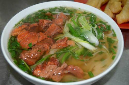 Phở sốt vang ở phố Tôn Đức Thắng nổi tiếng bởi hương vị đậm đà nhưng nước phở rất trong, quẩy ăn mềm và không ngấy. Ảnh: Nguyên Chi