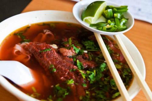 Điểm khác biệt với các món phở khác là màu nước vàng, những miếng thịt bò đượm vị sốt vang. Ảnh: hanoiplus