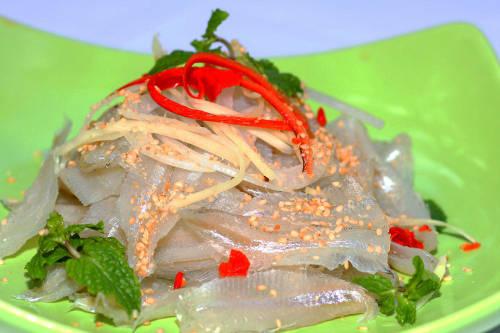 Gỏi cá mai là đặc sản biển được du khách yêu thích. Ảnh: Nguyễn Bình