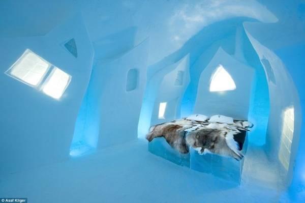 Một trong những thiết kế phòng ngủ độc đáo bằng băng tuyết lấy ánh sáng xuyên qua khối băng của The Ice Hotel - Ảnh: Daily Mail