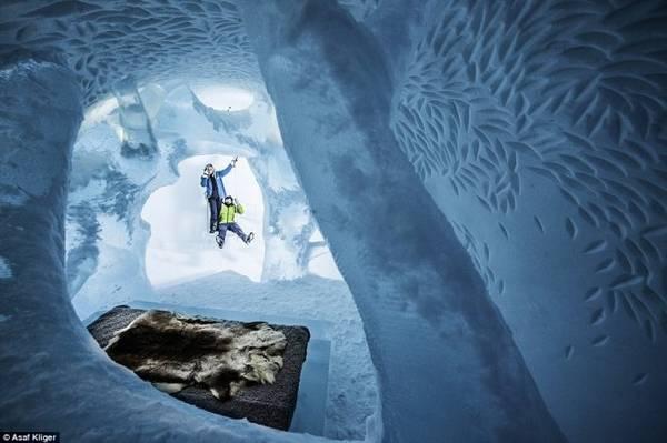 Một trong những thiết kế phòng ngủ hang động độc đáo bằng băng tuyết của The Ice Hotel - Ảnh: Daily Mail