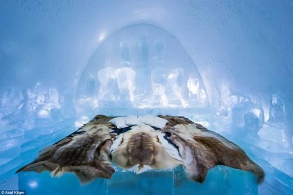 Một trong những phòng ngủ độc đáo bằng băng tuyết của The Ice Hotel với thiết kế cổng vòm và khối băng - Ảnh: Daily Mail