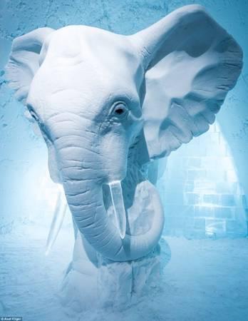 Một bức tượng nghệ thuật - chú voi tạc từ băng tuyết cao 3m đặt giữa sảnh khách sạn gây ấn tượng mạnh cho du khách - Ảnh: Daily Mail