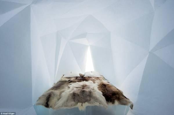 Một trong những thiết kế phòng ngủ độc đáo bằng băng tuyết của The Ice Hotel - Ảnh: Daily Mail