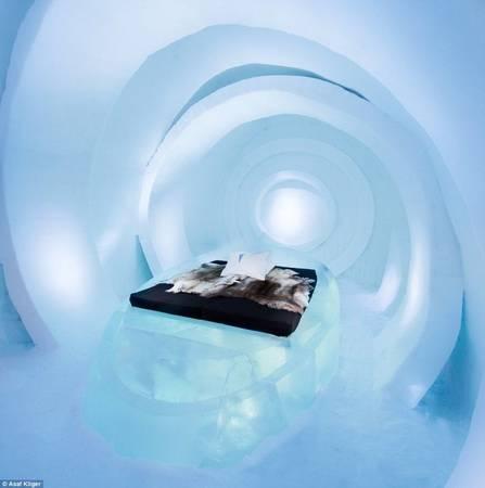 Một thiết kế phòng ngủ độc đáo bằng băng tuyết của The Ice Hotel - Ảnh: Daily Mail