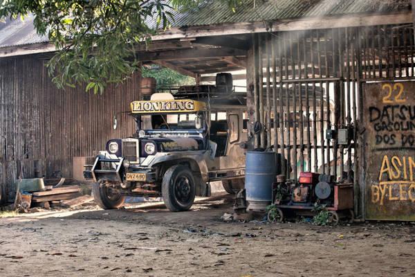 Xe Jeepney: Phương tiện tốt nhất để bạn khám phá Palawan là sử dụng xe Jeepney. Được tận dụng từ xe Jeep của quân đội Mỹ bỏ lại sau chiến tranh thế giới thứ 2, những chiếc Jeepney nhiều màu sắc là phương tiện giao thông công cộng phổ biến nhất ở Philippines.