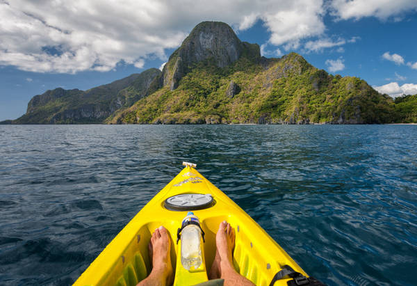<strong>Chèo thuyền kayak:</strong> Có nhiều cách để bạn có thể khám phá các hòn đảo nhỏ xung quanh El Nido và chèo thuyền kayak là một lựa chọn không thể lý tưởng hơn.