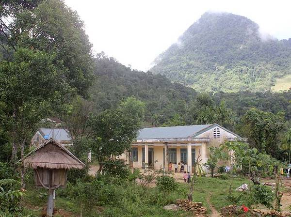 Xóm nhà đồng bào dân tộc Kor ở lưng chừng Cà Đam, thuộc thôn Quế xã Trà Bùi, huyện Trà Bồng - Ảnh: V.Q.Cầu