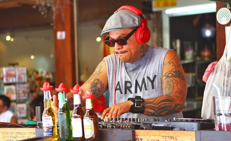 Một điểm khá đặc biệt ở chợ Chatuchak là không có ăn xin mà chỉ có các nghệ sĩ đường phố kiếm tiền bằng cách biểu diễn các tiết mục nghệ thuật, các trò giải trí và nhận tiền thưởng từ khách ngang đường.Ảnh: Bangkok.com