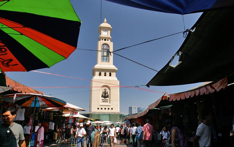 Biểu tượng của chợ là tháp đồng hồ, nằm ở ngay trung tâm. Nơi đây thường được dùng làm điểm hẹn vì rất dễ nhìn thấy.Ảnh: Bangkok.com