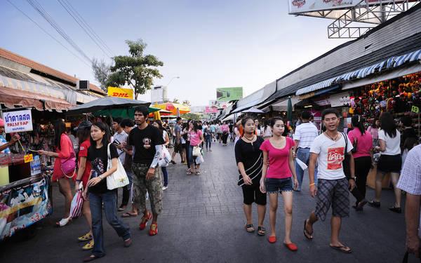 Đây là điểm mua sắm nổi tiếng đối với người Thái và cả khách du lịch. Người Thái từ khắp mọi miền đổ về đây để mua hàng và mang về bán tại các cửa hàng địa phương. Ước tính mỗi một ngày cuối tuần, có khoảng 200.000 người tới đây, trong đó 30% là khách du lịch. Ảnh: Novotelbkk.com