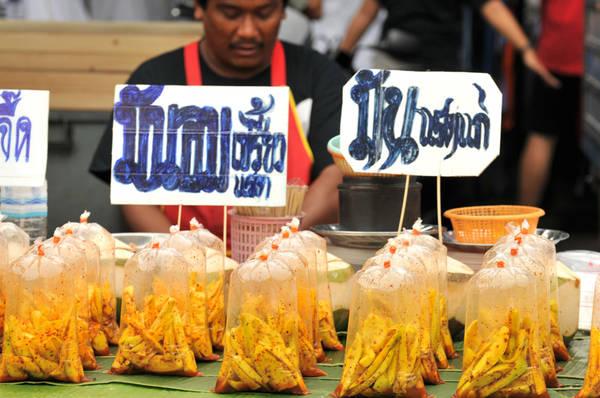 Đến Chatuchak ngoài việc mua sắm, bạn cũng không nên bỏ qua cơ hội thưởng thức rất nhiều món ăn lạ miệng, mang đậm hương vị xứ sở Chùa Vàng tại khu ẩm thực rộng lớn. Ảnh: seattlestravels.com