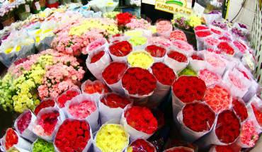 Khác với những chợ đêm ồn ào, náo nhiệt bày bán đồ ăn hay quà lưu niệm, Pak Klong Talad là một khu chợ đặc biệt chuyên cung cấp hoa tươi, mang cảm giác thư giãn giữa Bangkok. Ảnh: Bangkok.com