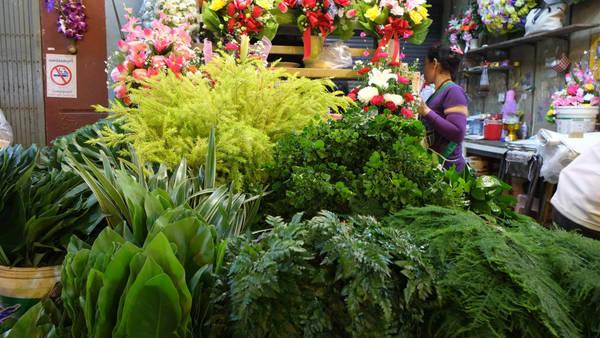 Ngoài hoa, chợ còn là nơi bạn tìm thấy các loại rau củ quả, cây xanh hay trầu cau. Một số cửa hàng cung cấp luôn phụ kiện đi kèm như nến, giấy gói... Ảnh: trip thailand