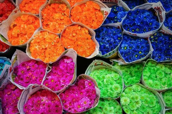 Tới đây bạn có thể tìm thấy rất nhiều những chậu cây cảnh nhỏ xinh cũng như các loại hoa phổ biến như hoa hồng, hoa lưu ly, hoa lan, hoa loa kèn được khéo léo kết thành những vòng hoa mềm mại hay được bó cầu kỳ mà đẹp mắt. Mỗi bó bao gồm từ 50 đến 100 bông, được bán với giá cực kỳ rẻ. Ảnh: Worawit Soranaraksophon