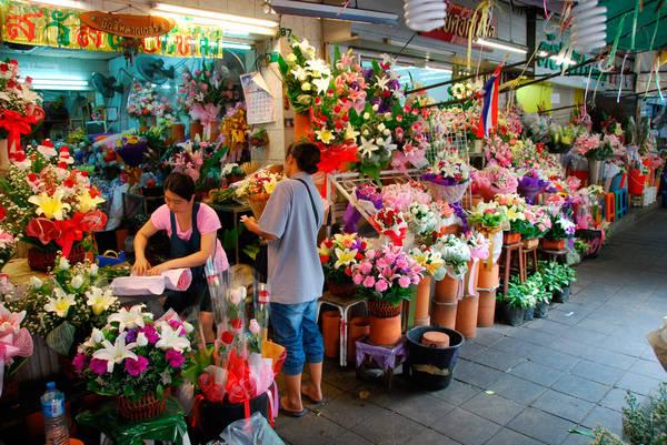 Chợ hoa Bangkok tọa lạc trên đường Chak Phet, dẫn vào bến sông, gần Saphan Phut hay còn gọi là Memorial Bridge. Các cửa hàng chủ yếu là những ngôi nhà 2-3 tầng nằm san sát nhau ngay trên trục đường chính chắc chắn sẽ mang đến cho bạn một trải nghiệm khó quên chỉ trong một ngày. Ảnh: thailand-property.com