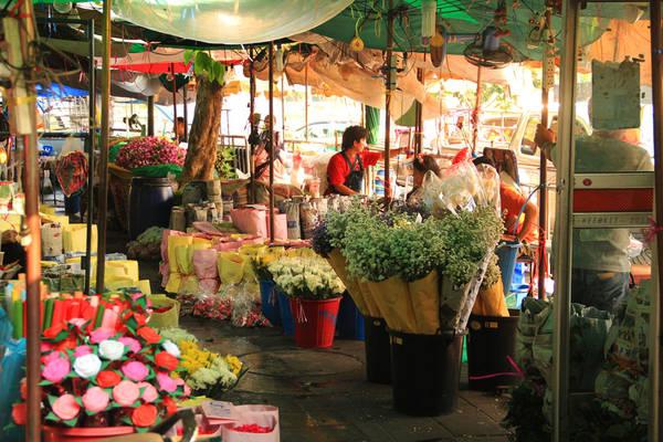 Thông thường, các chủ hàng sẽ bán hoa theo cân hoặc gói sẵn. Tuy nhiên, du khách vẫn có thể tìm thấy các gian hàng bán lẻ. Ảnh: WeeKit