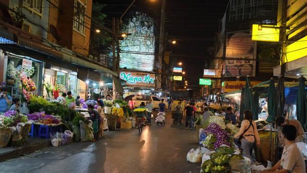 Mở cửa suốt 24 giờ, chợ Pak Klong Talad sôi động nhất là sau nửa đêm. Nếu bạn muốn xem chợ hoa lúc nhộn nhịp và đặc sắc nhất thì thời gian tốt nhất là trước bình minh hoặc trong khoảng 3 -5 giờ sáng. Ảnh: trip thailand