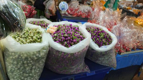 Đặc biệt, chợ cũng có các các quầy bán hoa theo cân, chủ yếu là cúc để làm vòng hoa đeo trang trí hoặc cúng. Ảnh: trip thailand