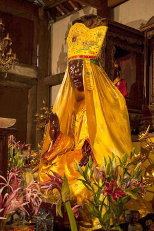 Tượng phật mẫu Man Nương trong chùa Tổ với dáng khoan thái, tay bắt vô úy ấn - Ảnh: Minh Đức