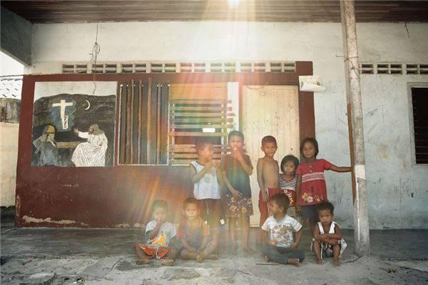 Người dân du mục biển Moken sinh sống chủ yếu trên đảo Surin, dọc vùng biển Andaman giữa Thái Lan và Myanmar.