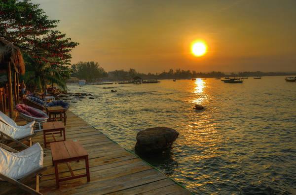 Description: Trước khi đến với Koh Rong, du khách sẽ phải ghé qua thành phố biển Sihanoukville xinh đẹp, sôi động. Thành phố này luôn tấp nập với các quán ăn hay bar đêm tại bãi biển và luôn rộng cửa đón khách đến tận hưởng không khí nhộn nhịp về đêm. Ảnh: Aaron Geddes