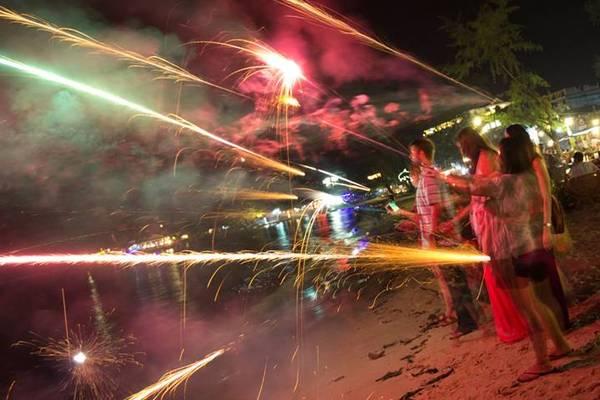 Description: Sihanoukville đẹp nhất vào ban đêm với những ánh đèn lung linh huyền ảo từ chuỗi nhà hàng, khách sạn, quán bar... Tại thành phố này, du khách có thể lang thang trong các quán bar nhỏ nhâm ly bia hay ngồi trên những chiếc ghế mây ở một góc nào đó tại bờ biển để thưởng thức hải sản và bắn pháo hoa. Ảnh: headzone.net