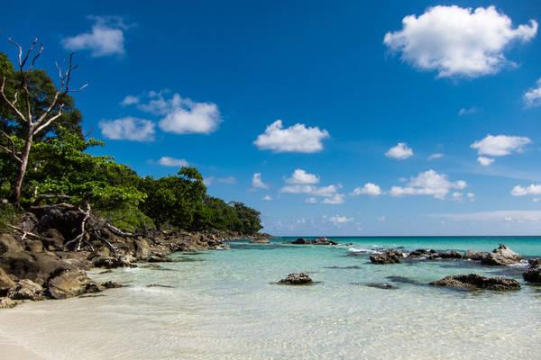 Description: Nhiều du khách đến đây không khỏi bất ngờ trước vẻ đẹp của hòn đảo. Những bờ cát trắng xóa nối dài bao quanh lòng biển trong xanh sẽ mang lại cho bạn cảm giác thư giãn thoải mái. Ảnh: Lindsaypunk