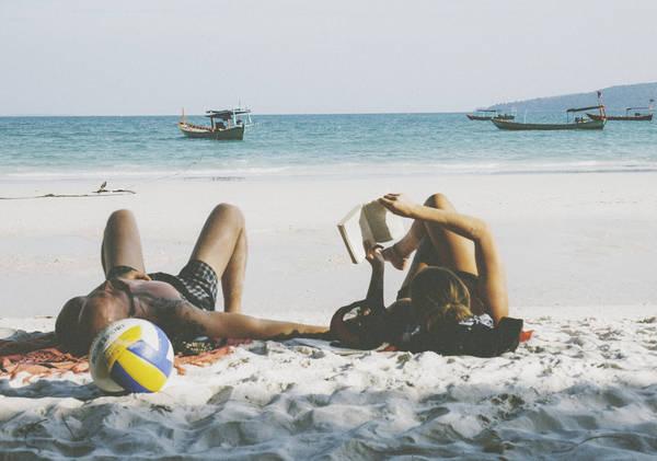 Description: Ở Koh Rong du khách có thể tham gia nhiều hoạt động như lặn ngắm san hô, trekking xuyên qua rừng, theo thuyền đi câu cá, đánh bóng chuyền hoặc đơn giản là nằm đọc sách trên bãi biển. Ảnh: Lamtom