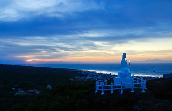 Tượng Phật Bà Quan Âm trên đỉnh núi Cao Cát. Ảnh:standup