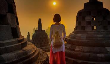 Thời gian tuyệt vời nhất cho du khách khám phá vẻ đẹp huyền bí và ghi lại những bức hình ấn tượng của Borobudur là vào lúc bình minh. Ảnh: Rico Glaus