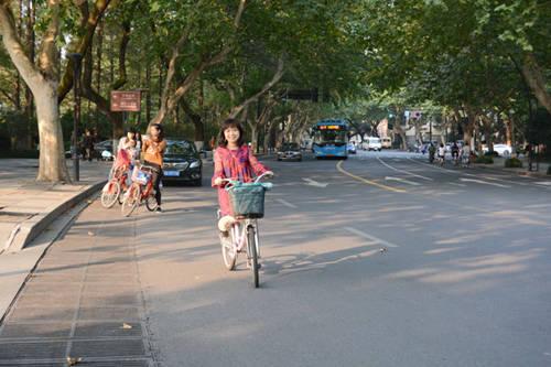 Xe đạp có thể thuê được ở bất cứ đâu quanh Tây Hồ. Ảnh: Nguyên Chi