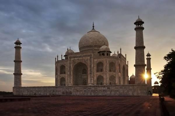 1. Đền Taj Mahal tuyệt đẹp trong ánh chiều tà. Ngôi đền này do vua Shah Jahan xây dựng để tưởng nhớ người vợ thứ ba, hoàng hậu Mumtaz Mahal. Ảnh: MarcBW