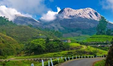 16. Đồi chè tuyệt đẹp ở Munnar, thị trấn phía tây nam Kerala, Ấn Độ. Ảnh: Bimal K C