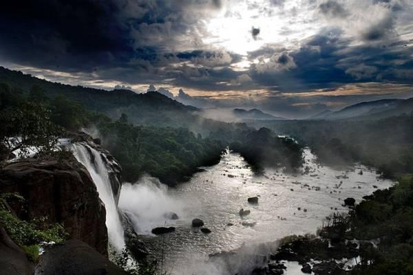 3. Thác nước Athirapally đổ xuống từ độ cao 40 m, nằm trong một khu rừng nhiệt đới xanh mát. Thuộc bang Kerala, Athirapally là một trong những điểm du lịch hấp dẫn, thu hút rất nhiều khách đến tham quan và khám phá. Ảnh: Iriyas