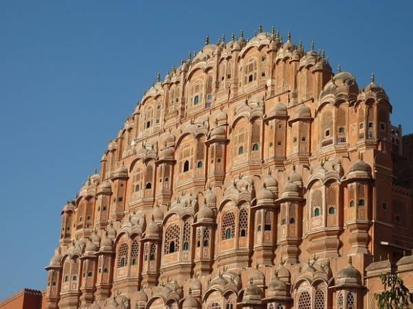 5. Thiết kế cầu kỳ của tòa nhà 5 tầng Hawa Mahal ở Jaipur, đây là nơi cho các phụ nữ hoàng tộc xem các lễ hội đường phố vì họ không được phép xuất hiện ở nơi công cộng. Ảnh: magazine.tripzilla.com