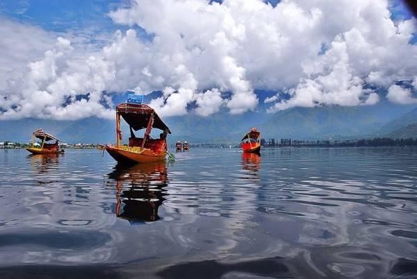 9. Bốn bề là dãy Himalaya sừng sững, hồ Dal – biểu tượng du lịch của Kashmir độc đáo với những khu vườn nổi xinh đẹp. Ảnh: Basharat Alam Shah