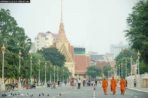 Khung cảnh thanh bình của quảng trường phía trước cung điện hoàng gia. Ảnh: Trần Việt Anh