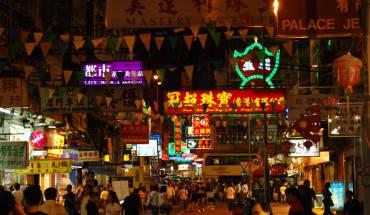 Temple Street là khu chợ đêm náo nhiệt nổi tiếng của Hong Kong. Ảnh: Kartografia