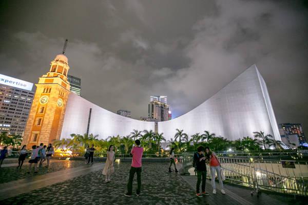 Phía trước của Trung tâm văn hoá Hong Kong là điểm chụp hình yêu thích của nhiều du khách. Ảnh: IQRemix