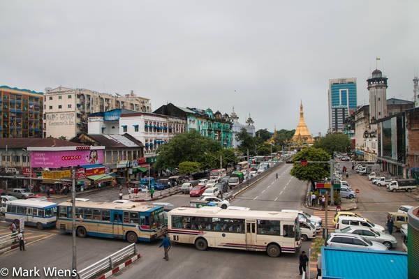 Đường phố nhộn nhịp của Yangon. Ảnh: Mark Wiens