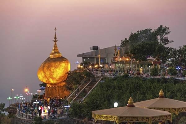 Lên đỉnh chùa Kyaiktiyo và thưởng ngoạn cảnh quan tuyệt đẹp từ trên đỉnh núi là điều bất cứ khách du lịch nào tới Myanmar cũng muốn thử. Ảnh: Skyscanner