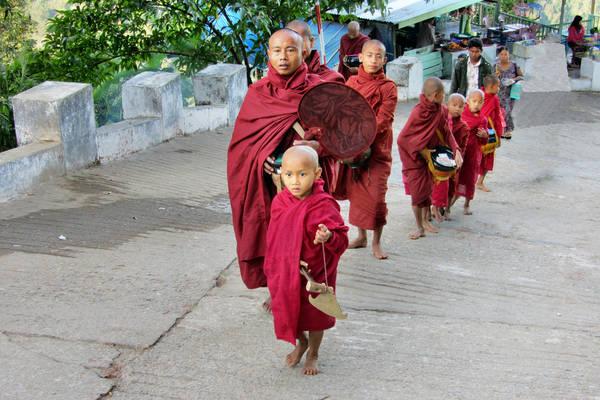 Đường di chuyển lên chùa Kyaiktiyo khá dốc. Ảnh: rainer.reisen