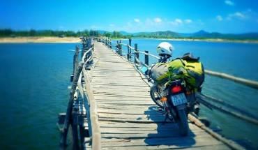 Cầu Ông Cọp: Ở Phú Yên có rất nhiều cây cầu gỗ nối đất liền với những ốc đảo nhỏ nằm trong các vịnh biển nối nhau dọc theo chiều dài bờ biển. Nét đặc sắc này được hình thành là bởi Phú Yên là tỉnh có rất nhiều vịnh nhỏ. Trong số những cây cầu gỗ mảnh mai ấy, có một cây cầu vô cùng đặc biệt đó là cầu Ông Cọp - nối các thôn phía Bắc xã An Ninh Tây, huyện Tuy An với thị xã Sông Cầu. Ảnh: Phạm Thùy Dương