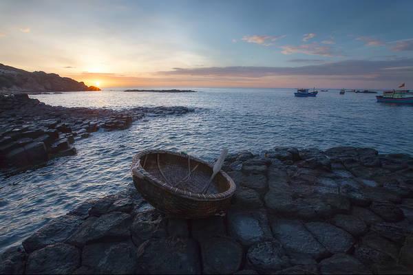 Description: Ghềnh đá Đĩa độc đáo: Từ thành phố Tuy Hòa theo quốc lộ 1A về hướng Bắc khoảng 30 km, đến thị trấn Chí Thạnh rẽ phải về phía Đông khoảng 12 km là đến ghềnh đá Đĩa. Nhìn từ xa, ghềnh trông như những chồng đĩa trong lò gốm hay những bậc tam cấp nhô ra ngoài biển. Du khách có thể dạo chơi trên những tầng đá, cảm nhận vị mặn của biển, cái rát nhẹ của gió, cảm giác ồn ào của những đợt sóng đập mạnh vào bờ, hay ngắm những đoàn thuyền trên biển. Ảnh: TranThanhTien.com